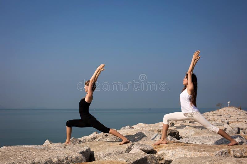 Mooie jonge vrouw het praktizeren yoga royalty-vrije stock foto's