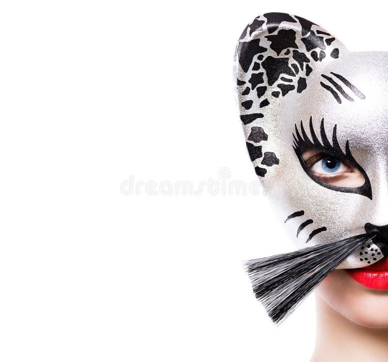 Mooie jonge vrouw in kattenmasker stock foto