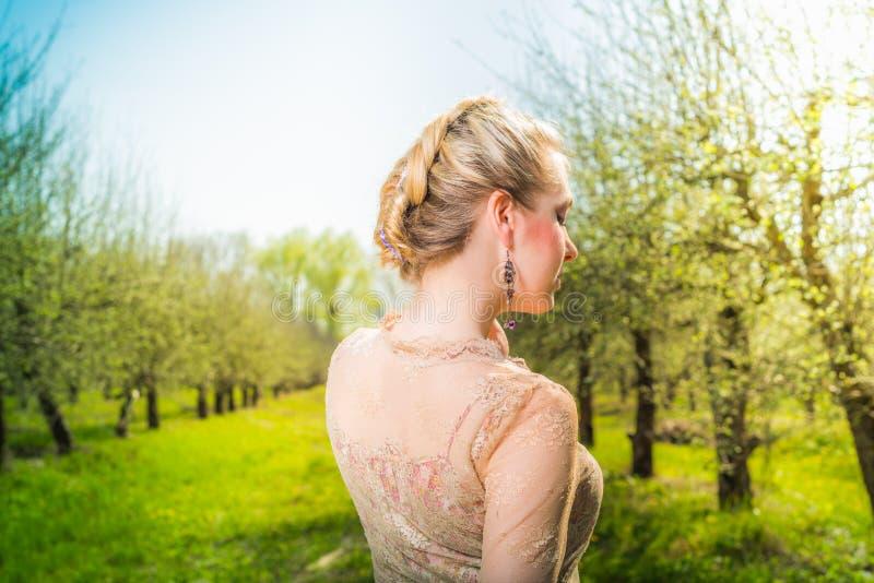 Mooie jonge vrouw in kleding het dromen park stock afbeeldingen