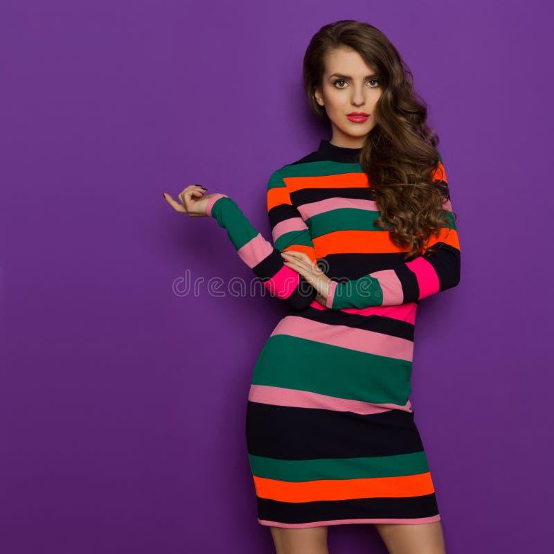 Mooie Jonge Vrouw in Kleurrijk Gestreept Mini Dress royalty-vrije stock afbeeldingen