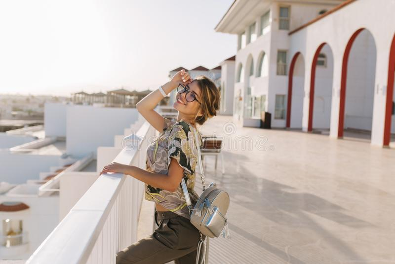 Mooie jonge vrouw, meisje op vakantie, vakantie, bij toevlucht, die van mening, zonsondergang dichtbij aardig hotel, op terras de stock afbeeldingen