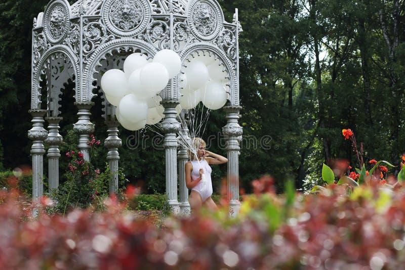 Mooie Jonge Vrouw met Ballons in het Park royalty-vrije stock afbeeldingen