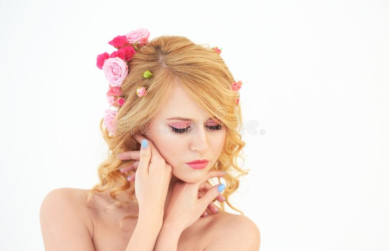 Mooie jonge vrouw met bloemen in haar royalty-vrije stock afbeelding