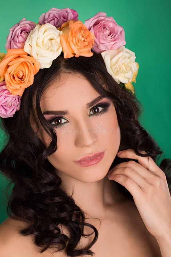 Mooie jonge vrouw met bloemenkroon. Manierschot. Close-upportret. Manierjuwelen. Schoonheidsportret. stock afbeelding