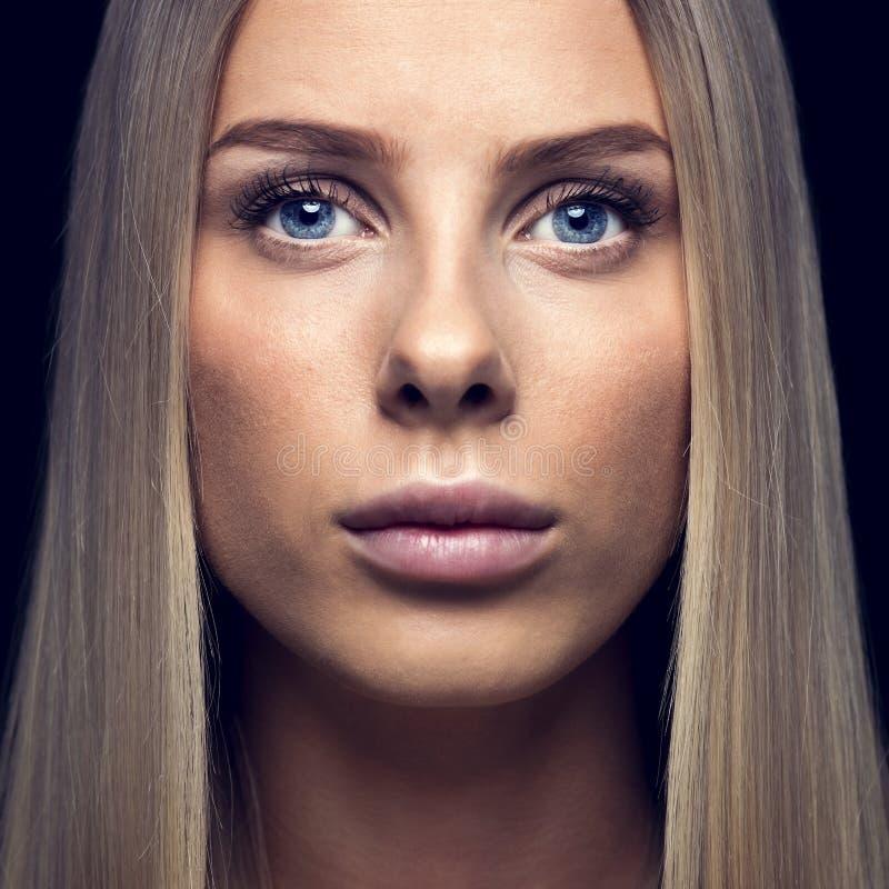 Mooie jonge vrouw met blond haar stock fotografie