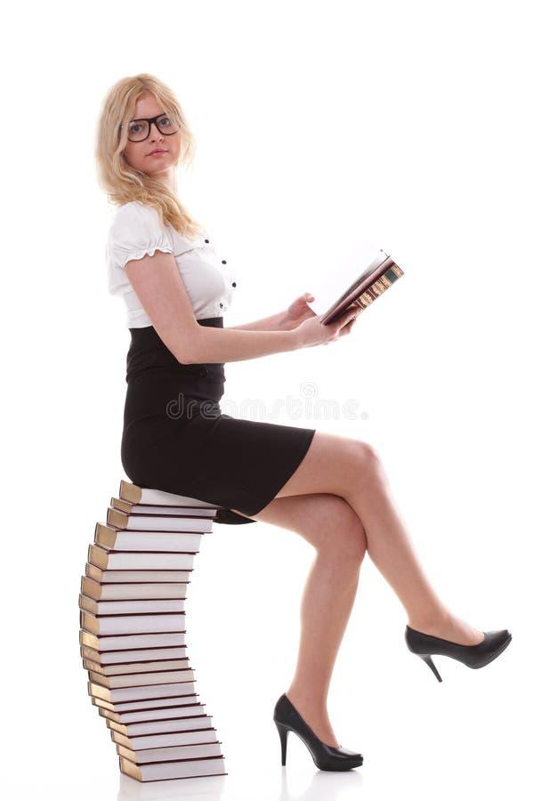 Mooie jonge vrouw met boeken witte achtergrond stock fotografie