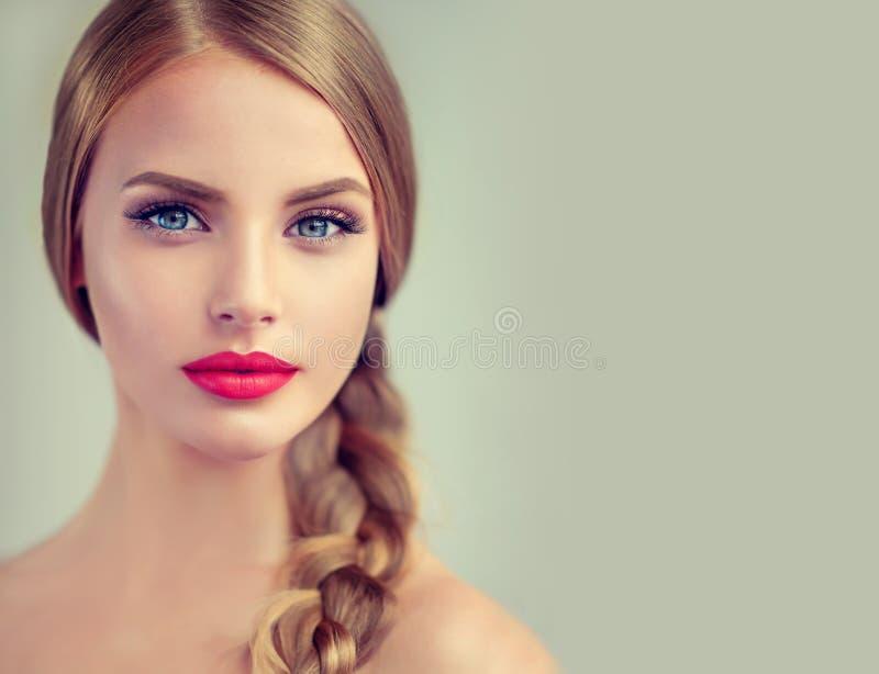 Mooie jonge vrouw met braidpigtail en grote oorringen op haar royalty-vrije stock afbeeldingen
