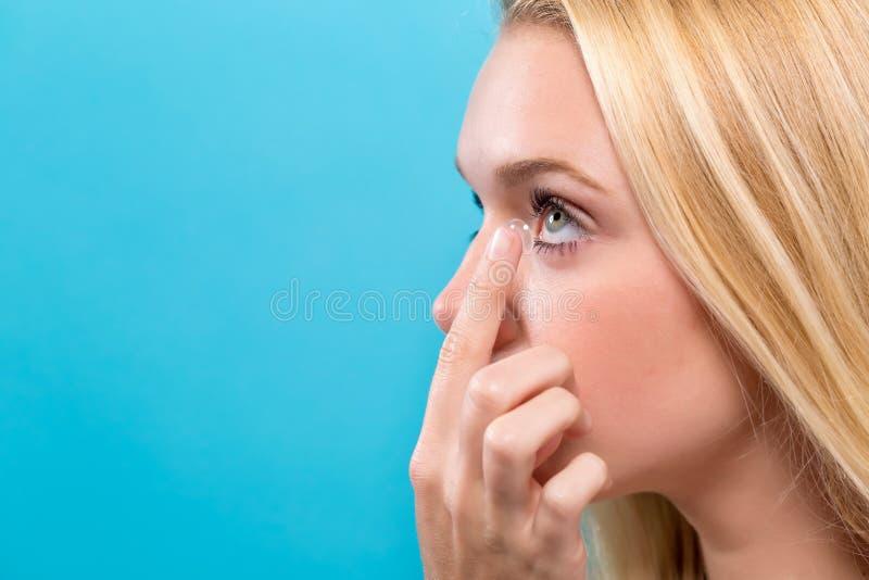 Download Mooie Jonge Vrouw Met Contactlens Stock Afbeelding - Afbeelding bestaande uit lens, visie: 107706465