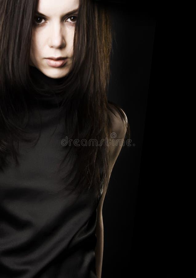 Mooie jonge vrouw met donker haar royalty-vrije stock afbeelding