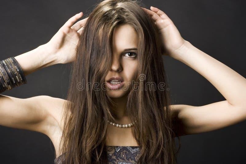 Mooie jonge vrouw met donker haar stock afbeelding