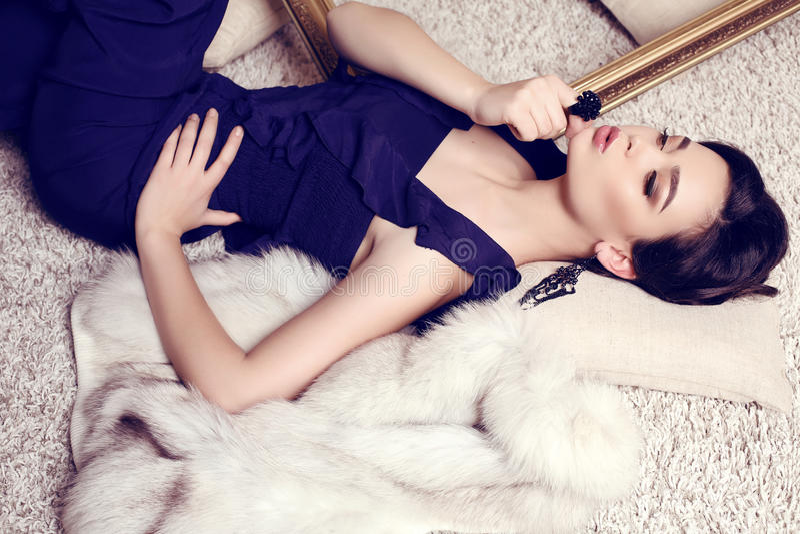 mooie jonge vrouw met donker haar in elegant donkerblauw kostuum royalty-vrije stock fotografie