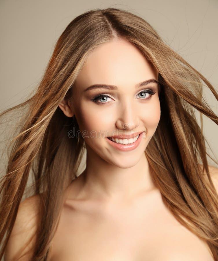 Mooie jonge vrouw met donker recht haar en natuurlijke make-up royalty-vrije stock foto