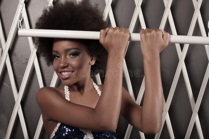 Mooie jonge vrouw met een afro royalty-vrije stock afbeeldingen