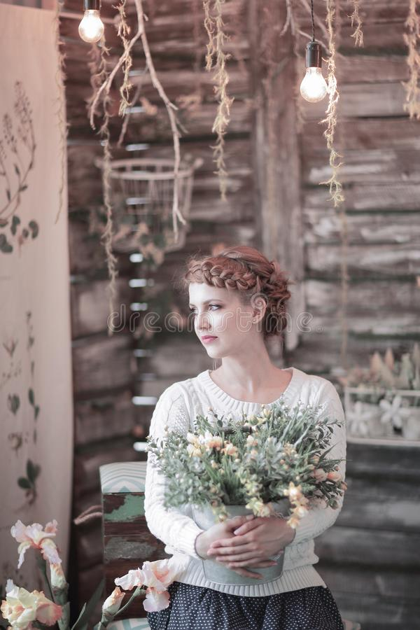 Mooie jonge vrouw met een boeket van bloemen royalty-vrije stock foto's