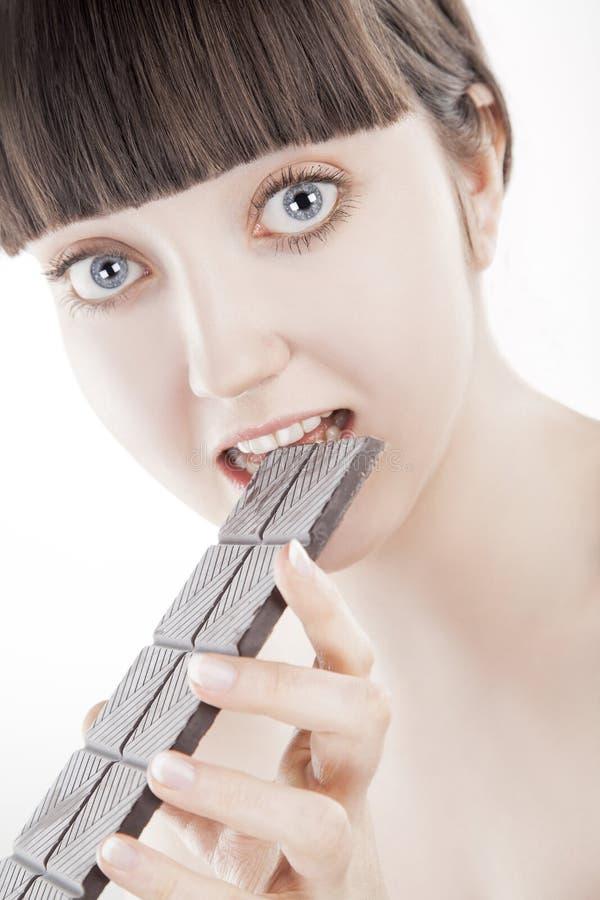 Mooie jonge vrouw met een grote chocoladereep - (Reeks) royalty-vrije stock afbeelding