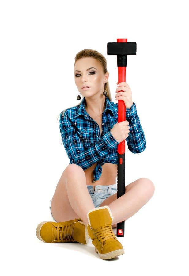 Mooie jonge vrouw met een hamer royalty-vrije stock afbeeldingen