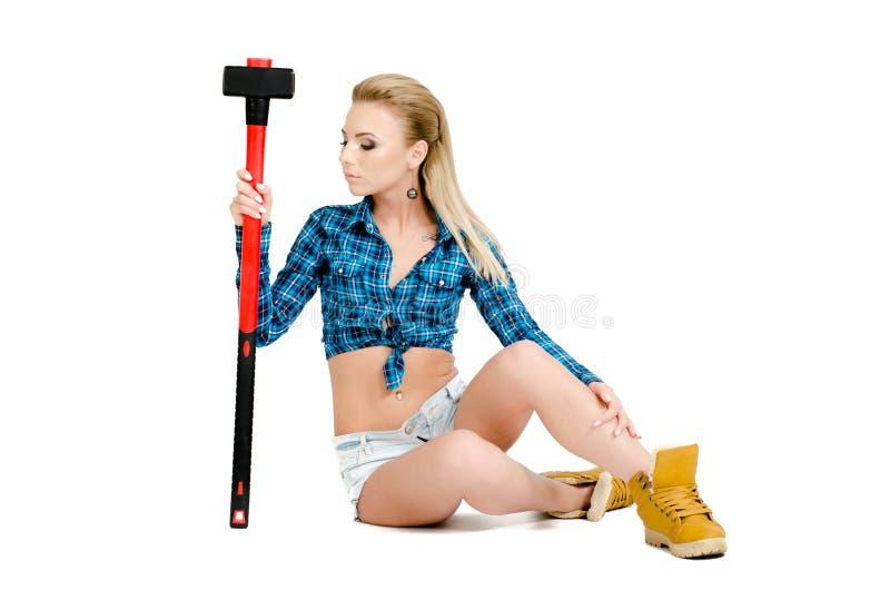 Mooie jonge vrouw met een hamer royalty-vrije stock afbeelding