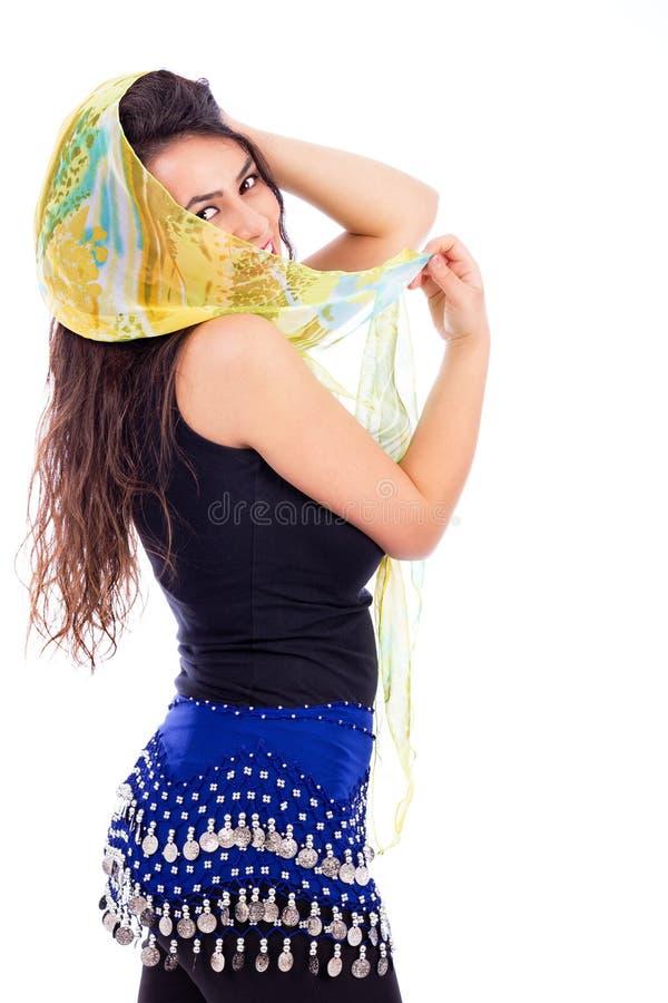 Mooie jonge vrouw met een sjaal die gedeeltelijk haar gezicht o behandelen stock afbeeldingen