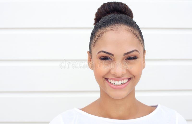 Mooie jonge vrouw met gelukkige uitdrukking royalty-vrije stock afbeelding