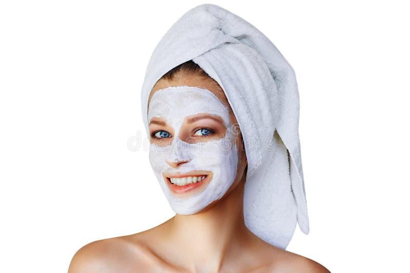 Mooie jonge vrouw met gezichtsmasker op haar gezicht Ge?soleerde huidzorg en behandeling, kuuroord, natuurlijk schoonheid en de k stock foto