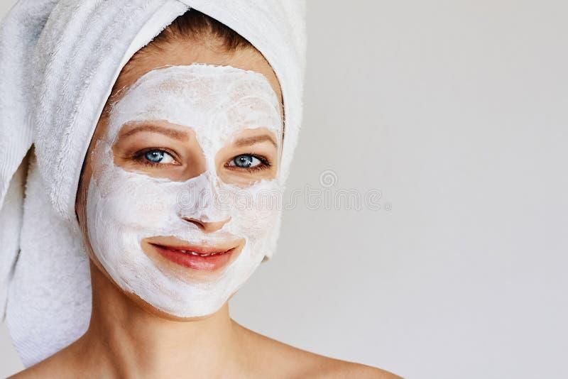 Mooie jonge vrouw met gezichtsmasker op haar gezicht Huidzorg en behandeling, kuuroord, natuurlijk schoonheid en de kosmetiekconc royalty-vrije stock foto's