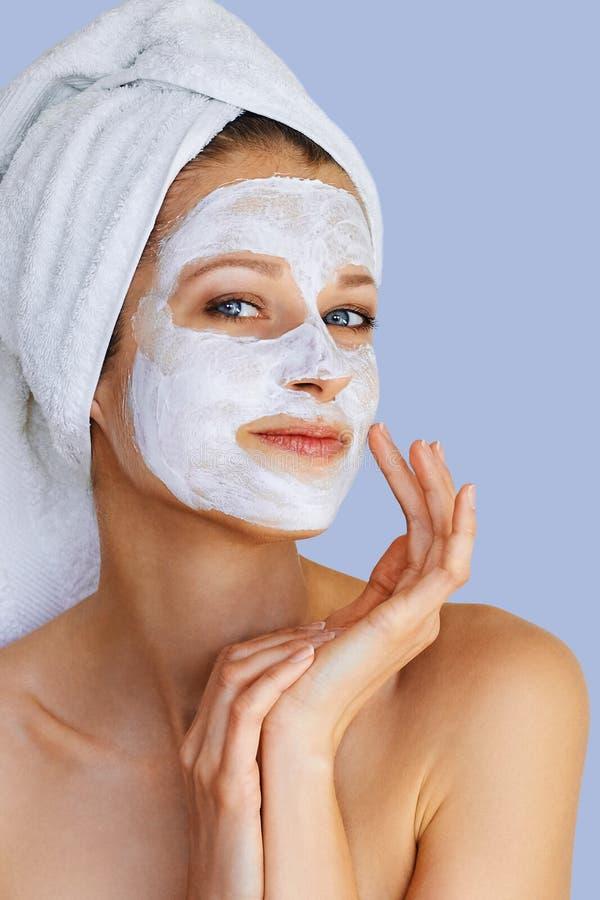 Mooie jonge vrouw met gezichtsmasker op haar gezicht Huidzorg en behandeling, kuuroord, natuurlijk schoonheid en de kosmetiekconc royalty-vrije stock fotografie