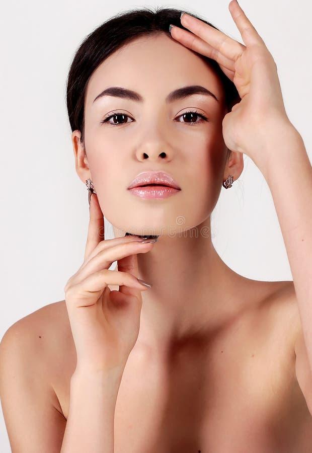 Mooie jonge vrouw met gezonde gloeiende huid Natuurlijke Schoonheid stock foto's