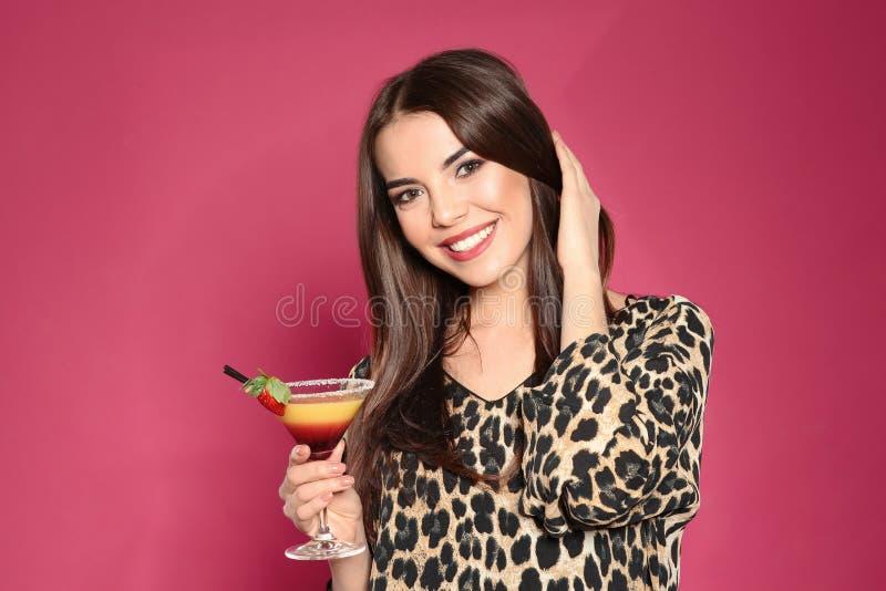 Mooie jonge vrouw met glas van martini-cocktail stock foto's