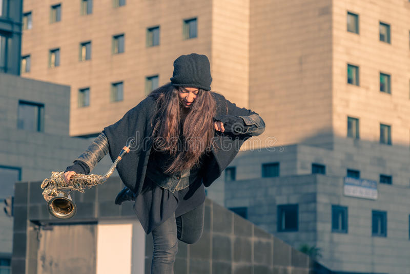 Mooie jonge vrouw met haar saxofoon royalty-vrije stock foto