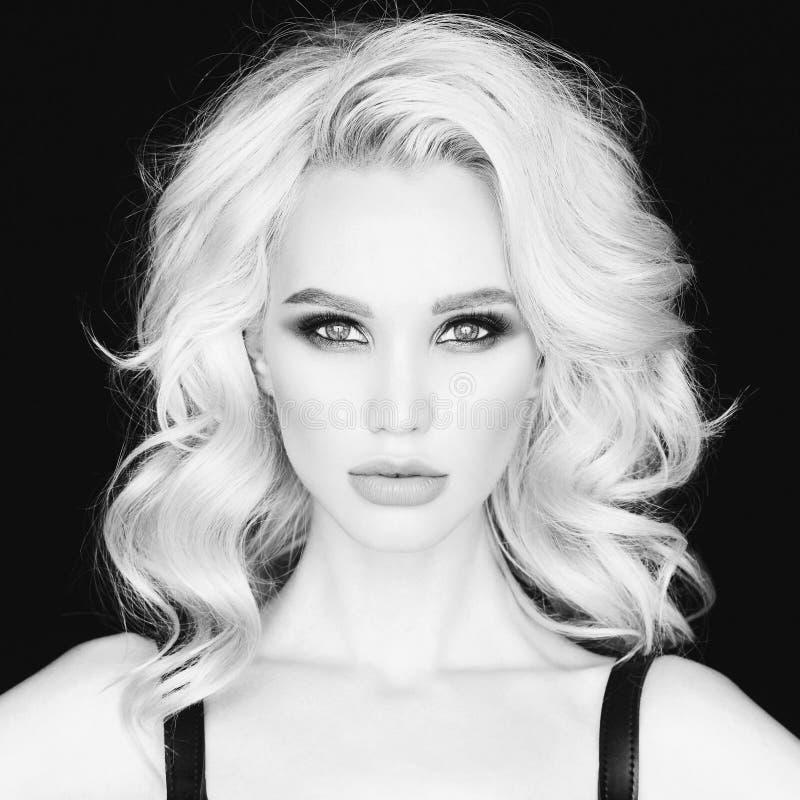 Mooie jonge vrouw met heldere make-up royalty-vrije stock afbeelding
