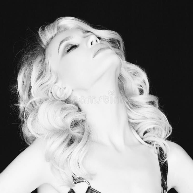 Mooie jonge vrouw met heldere make-up royalty-vrije stock foto