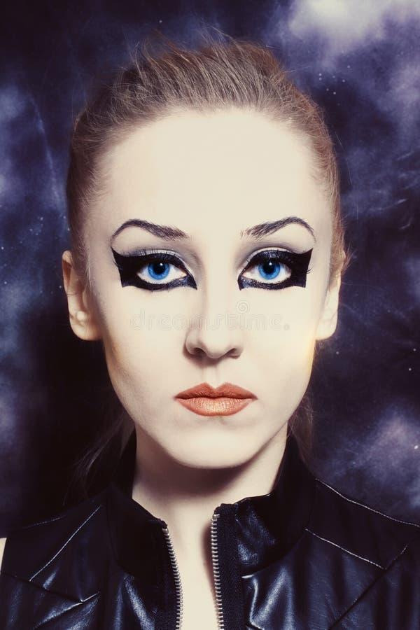 Mooie jonge vrouw met heldere make-up stock foto's