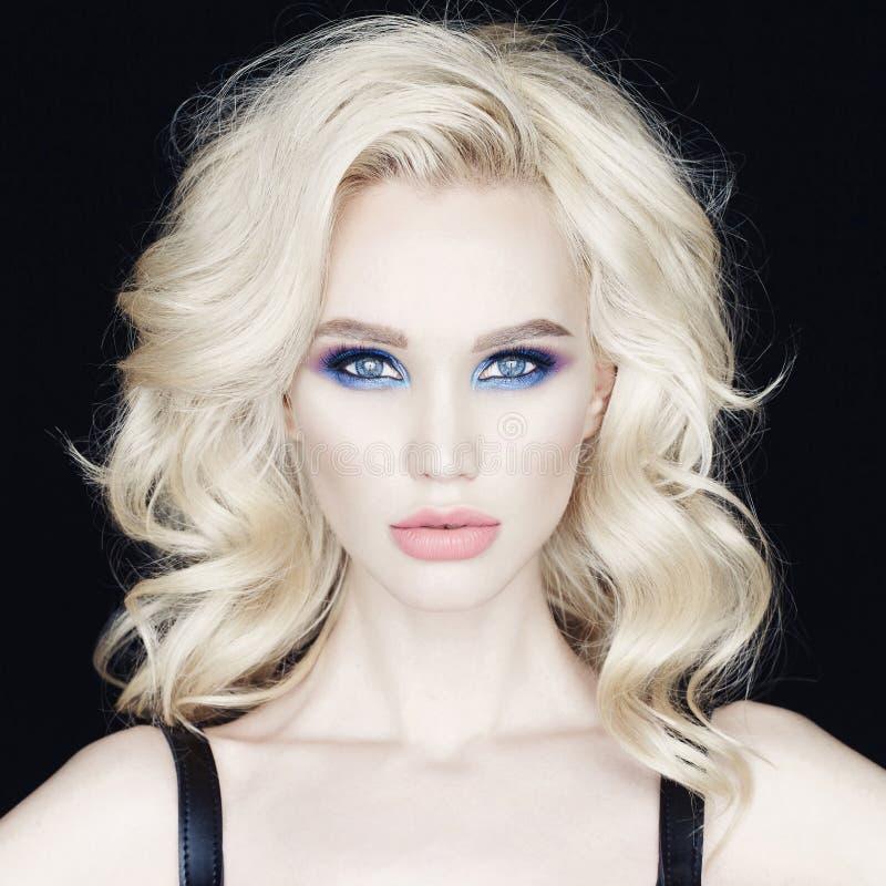 Mooie jonge vrouw met heldere make-up royalty-vrije stock afbeeldingen