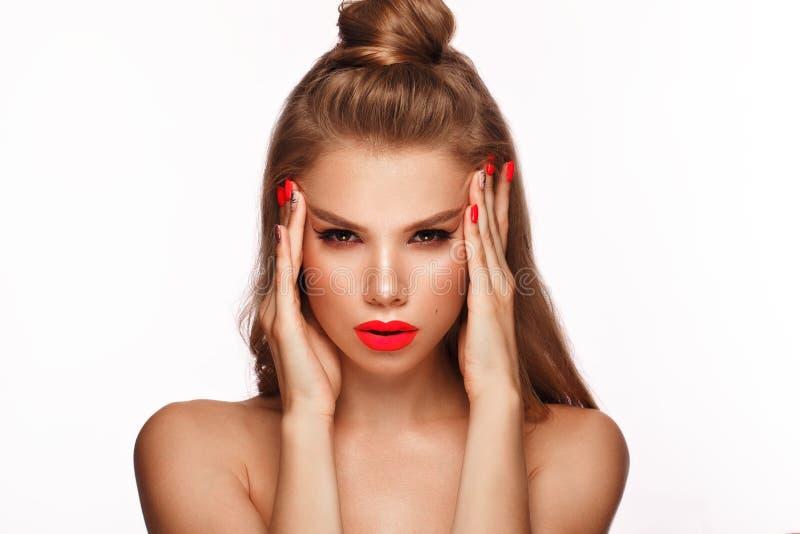 Mooie jonge vrouw met heldere make-up en neon roze spijkers Het Gezicht van de schoonheid Foto die in de studio wordt genomen royalty-vrije stock fotografie