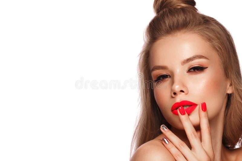 Mooie jonge vrouw met heldere make-up en neon roze spijkers Het Gezicht van de schoonheid Foto die in de studio wordt genomen stock afbeelding