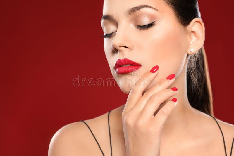 Mooie jonge vrouw met heldere manicure Nagellaktendensen royalty-vrije stock afbeeldingen