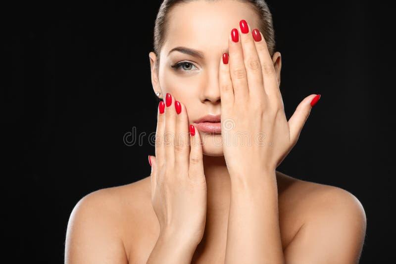 Mooie jonge vrouw met heldere manicure Nagellaktendensen royalty-vrije stock foto's