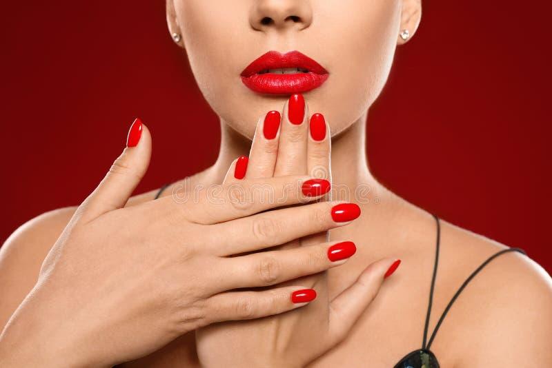 Mooie jonge vrouw met heldere manicure op kleurenachtergrond Nagellaktendensen royalty-vrije stock foto
