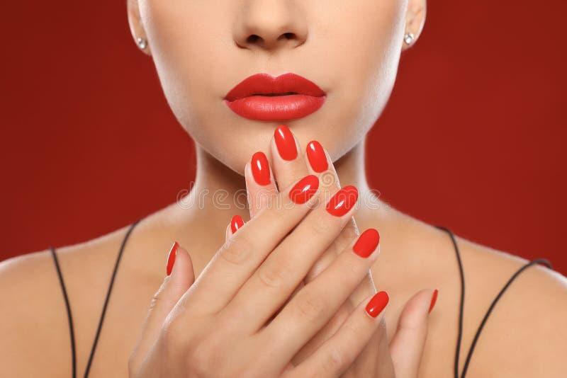 Mooie jonge vrouw met heldere manicure op kleurenachtergrond Nagellaktendensen royalty-vrije stock afbeeldingen