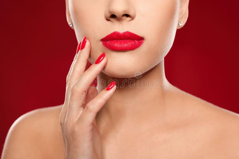 Mooie jonge vrouw met heldere manicure op kleurenachtergrond Nagellaktendensen stock afbeeldingen