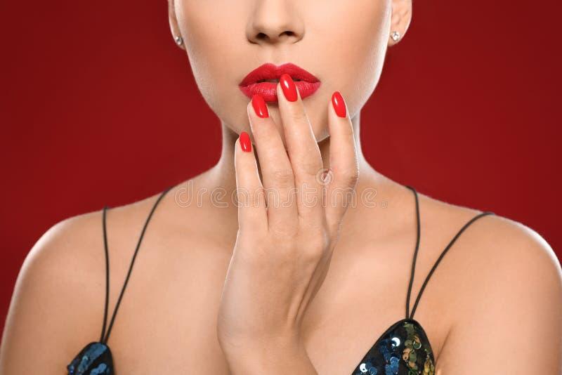 Mooie jonge vrouw met heldere manicure op kleurenachtergrond Nagellaktendensen royalty-vrije stock fotografie