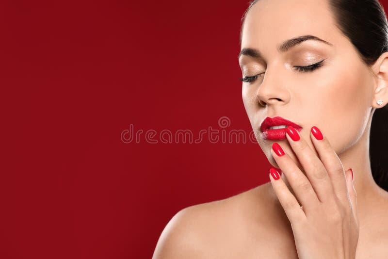 Mooie jonge vrouw met heldere manicure op kleurenachtergrond Nagellaktendensen stock afbeelding