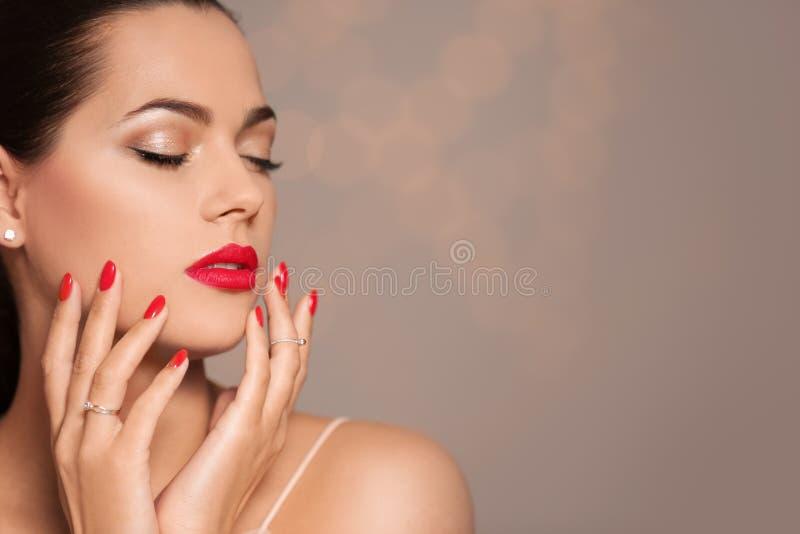 Mooie jonge vrouw met heldere manicure op vage achtergrond Nagellaktendensen royalty-vrije stock afbeeldingen