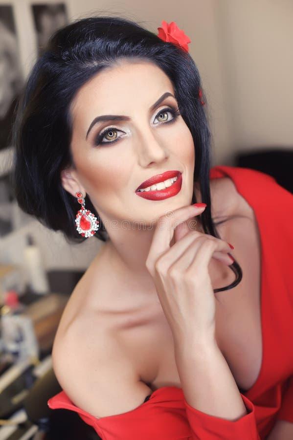 Mooie jonge vrouw met het creatieve samenstelling en haarstijl stellen Het modieuze aantrekkelijke brunette met het Spaans ziet e stock afbeelding
