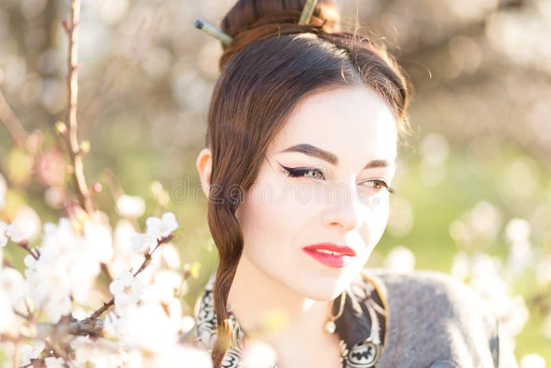 Mooie jonge vrouw met Japanse stijlsamenstelling royalty-vrije stock afbeelding