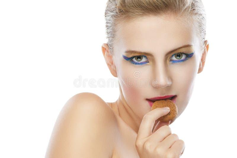 Mooie jonge vrouw met koekje stock fotografie