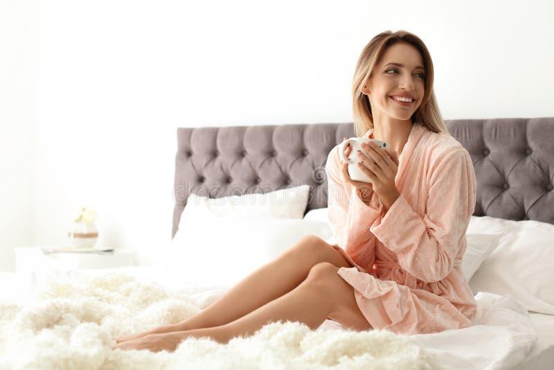 Mooie jonge vrouw met kop van koffie stock afbeeldingen