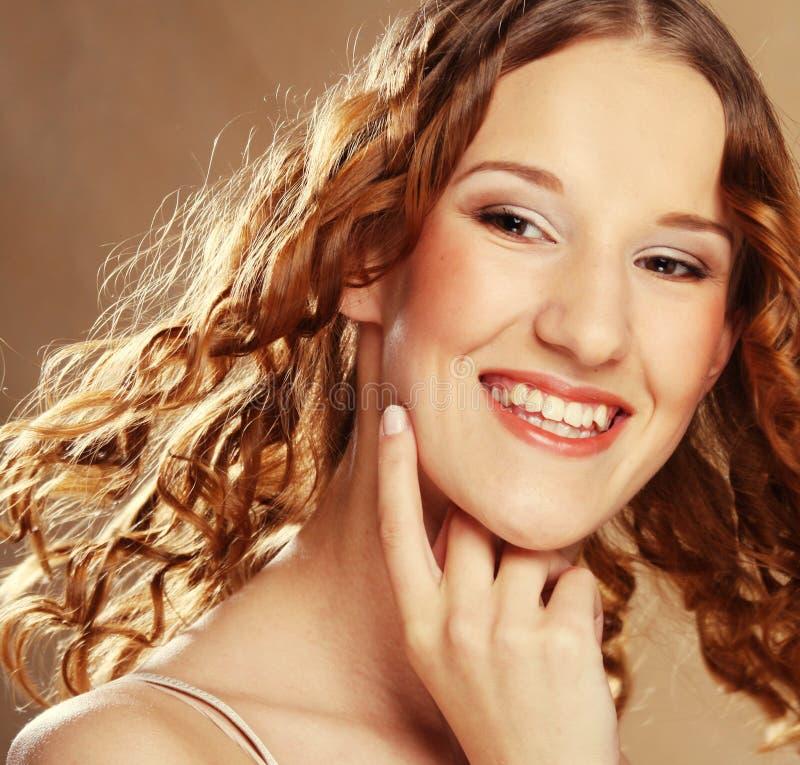 Mooie jonge vrouw met krullend haar royalty-vrije stock afbeelding