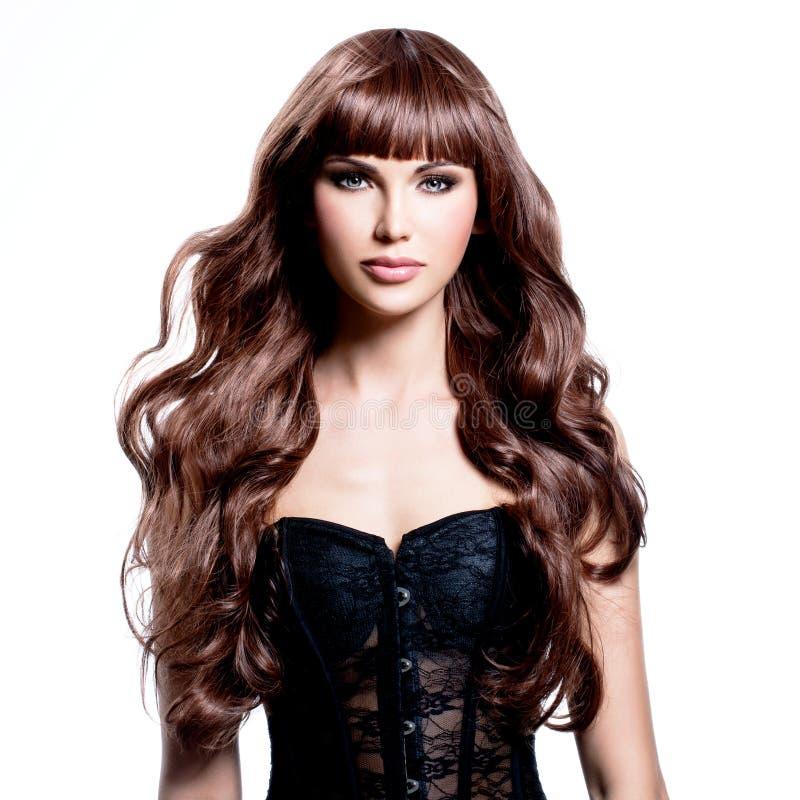 Mooie jonge vrouw met lang bruin haar stock foto