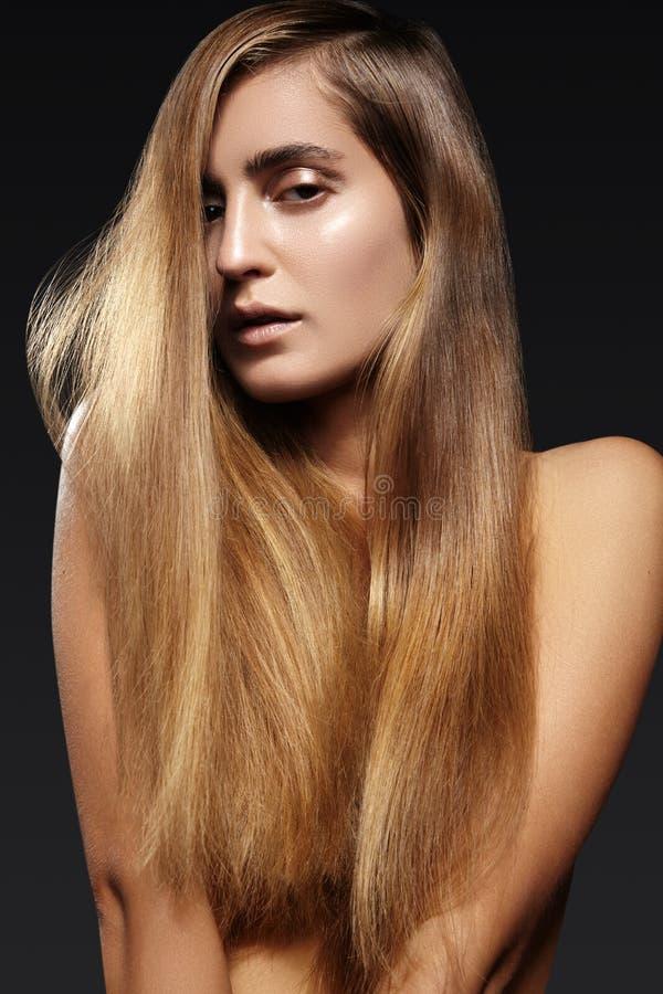 Mooie jonge vrouw met lang glanzend haar Gezond lang recht kapsel Sexy ModelVrouw stock afbeelding